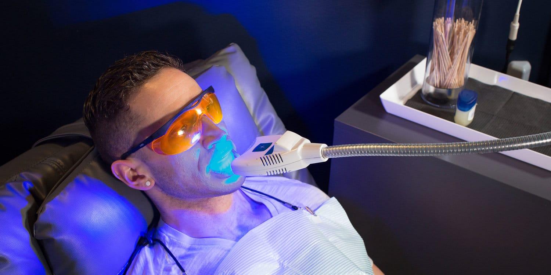 wybielanie zębów światło obraz boston dentysta kosmetyczny wyjaśnia, jak to działa